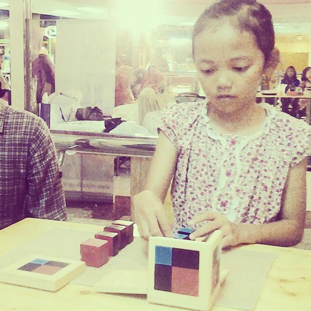 Kotak binomial, adalah salah satu alat sensori dari Dr. Maria Montessori yang mampu memberikan sensa...