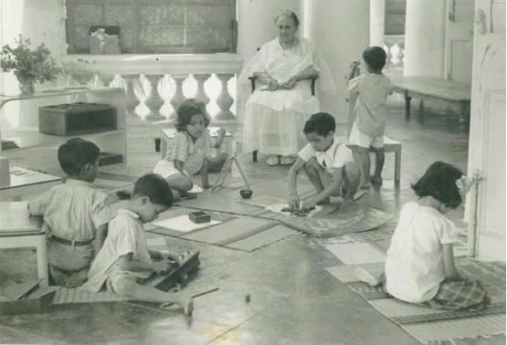 Apa itu Montessori?<br> Montessori adalah nama metode pengajaran yang menggunakan alat yang dibuat s...